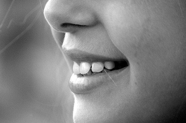 язык чувствует зубы