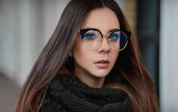 очки с оправой сверху смотрятся свежо и необычно